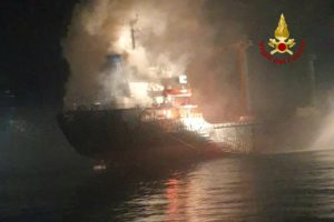 Nave a fuoco al largo di Chioggia (VIDEO)