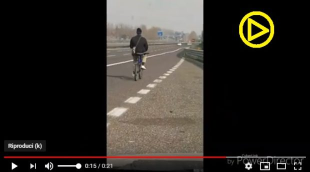 Veneto – Uomo in bici in autostrada – VIDEO