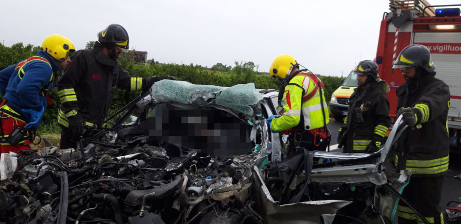 VENETO – Grave incidente in autostrada: auto sotto un camion